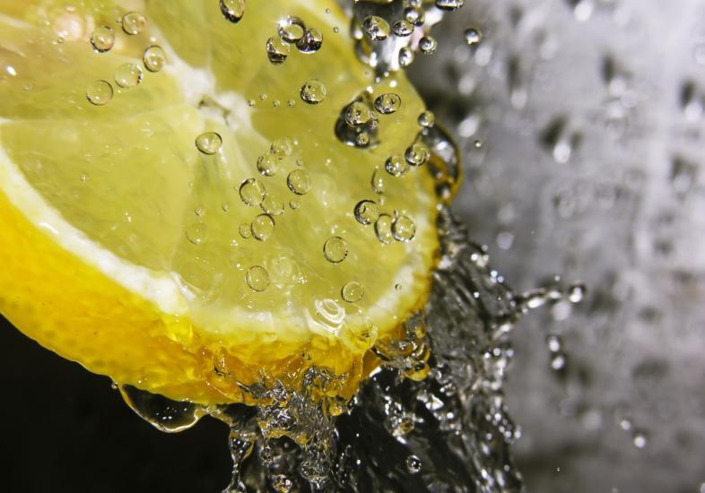 Água quente com limão emagrece 1